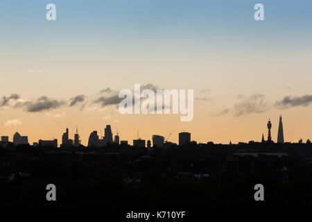 Blick auf die Skyline von London am frühen Morgen. niedrige Wolken schweben über dem Shard und bt Tower - Stockfoto