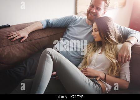 Glückliches Paar liegend auf dem Sofa zusammen und Entspannung zu Hause - Stockfoto