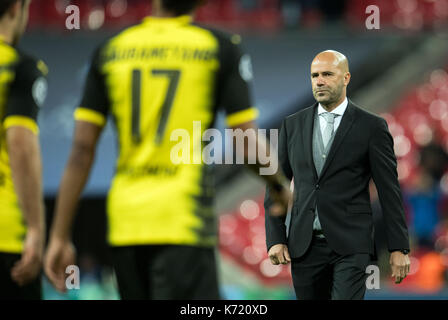 London, Großbritannien. 13 Sep, 2017. Der Dortmunder Manager Peter Bosz (R) am Ende der Champions League Stadien - Stockfoto