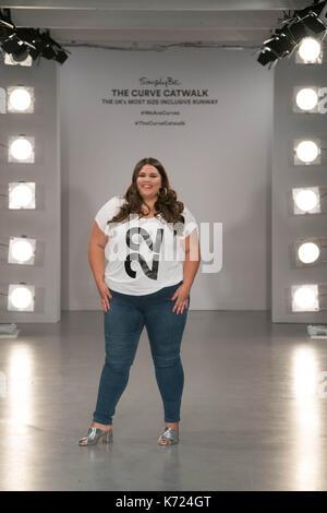London, Großbritannien. 14 Sep, 2017. Callie Thorpe trug ein T-Shirt mit ihrer Größe auf einem Foto für die Kurve - Stockfoto