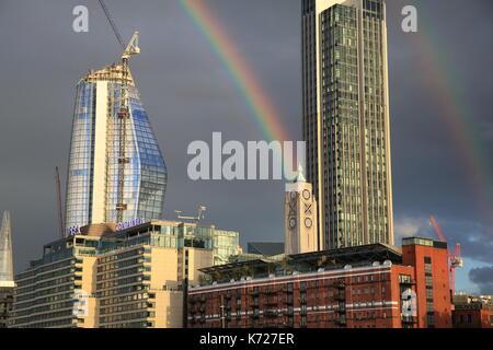Am Abend des Donnerstag, September 14th, einen doppelten Regenbogen erschien über die OXO Tower auf der Londoner - Stockfoto