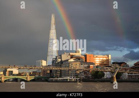 Am Donnerstag, den 14. abends ein doppelter Regenbogen über dem Shard auf der Londoner South Bank erschien. Es folgte - Stockfoto