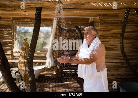 Man Waschen der Hände von der Dusche in der Hütte während der Safari Ferienhäuser - Stockfoto