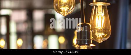 Alten Stil leuchtenden Glühbirnen hängen in Bar - Stockfoto