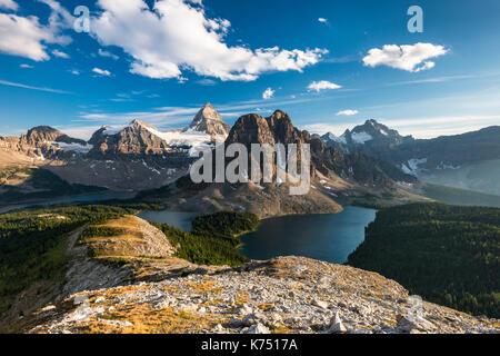 Blick vom Gipfel des Mount Nublet auf Mount Assiniboine, Mount Sunburst, Lake Magog, See Sunburst und See Cerulean, - Stockfoto