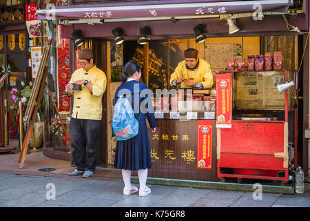 Ein Schaufenster in Chinatown, Yokohama, Japan, Asien. - Stockfoto