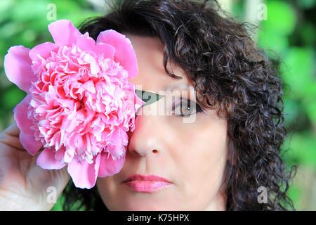 Frau mit Blumen oder Blüten, Frau mit Blumen oder Blumen, - Stockfoto