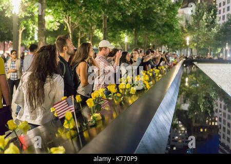 Blumen auf die Namen der Opfer am Denkmal 9/11 in New York auf Montag, 11. September 2017 auf der 16. Jahrestag - Stockfoto