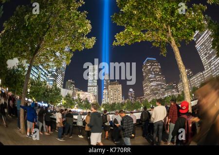 Der Tribut in Licht leuchtet über der 9/11-Memorial in New York am Montag, 11. September 2017 für den 16. Jahrestag - Stockfoto