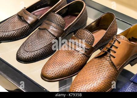 Neue Braun Herren Sandalen isoliert auf weiss  Herren Leder Sommer Schuhe  in Store - Stockfoto eaf2c27c71