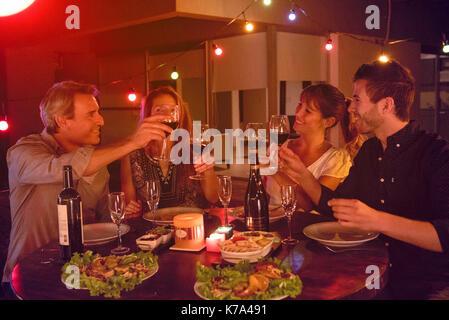 Freunde Toasten mit Wein zum Abendessen Partei - Stockfoto