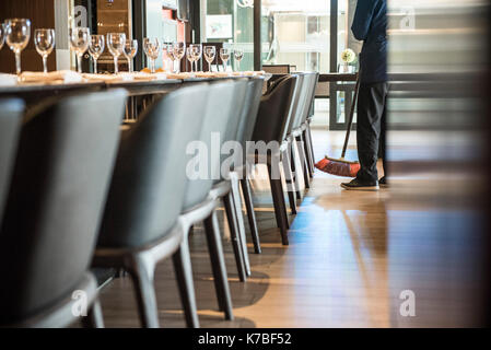 Person fegen Restaurant Etage Stockfoto