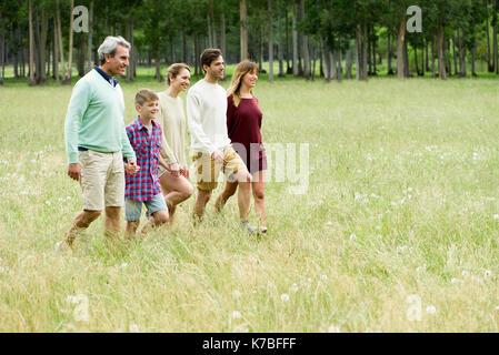 Familie zusammen, Spaziergang durch Feld - Stockfoto