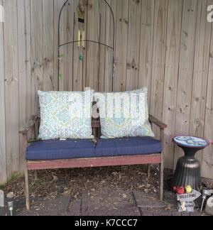 Garten Bank und Tisch - Stockfoto