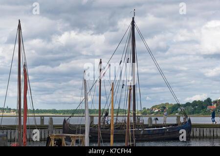 Roskilde, Dänemark - August 01, 2015: Nachbildung der alten Boot und Besucher außerhalb des Vicking Schiff Museum - Stockfoto