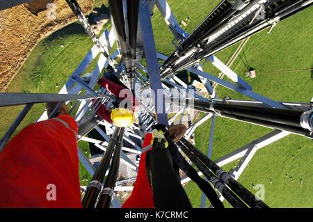 Klettergurt Für Mast : Antenne monteure und ingenieure arbeiten an einer telekommunikation