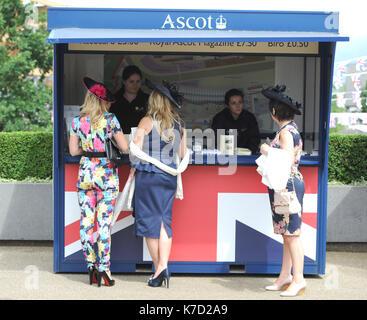 db75f37e9fe ... Foto muss Gutgeschrieben © Alpha Presse 079965 16 06 2016 Ascot Mode  Damen Tag