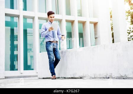 Arbeiten am Tablet, Soft Focus der Glückliche junge und moderne Geschäftsmann in Freizeitkleidung mit oder lesen - Stockfoto