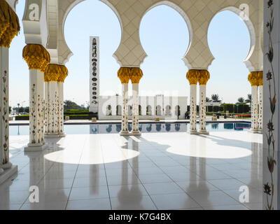 Außenansicht der Großen Moschee Abu Dhabi - Sheikh Zayed - Stockfoto