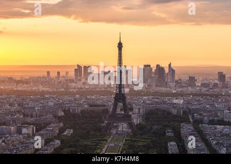 Eiffelturm Rooftop View mit bei Sonnenuntergang in Paris, Frankreich. - Stockfoto