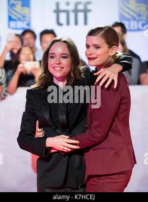 Toronto, Kanada. 15 Sep, 2017. Schauspielerinnen Ellen Page (L) und Kate Mara posieren für Fotos, die während der - Stockfoto