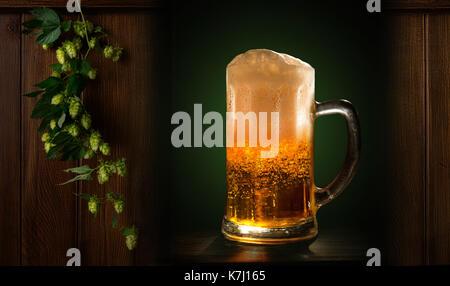 Ein Glas frisches, kaltes Bier close-up auf schwarzem Hintergrund - Stockfoto