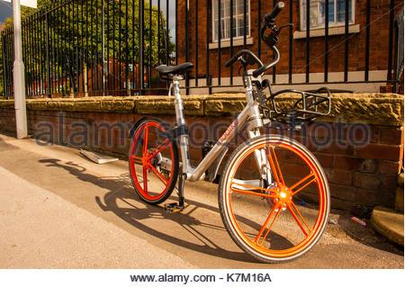 Mobike links auf den Straßen von Manchester, England, UK. Mobikes sind eine Station weniger Bike-sharing Firma, - Stockfoto