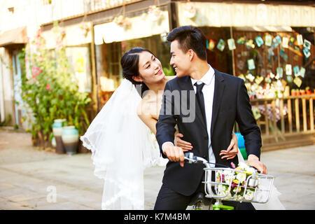Romantische asiatische frisch vermählte Paar Spaß Fahrrad zusammen. - Stockfoto