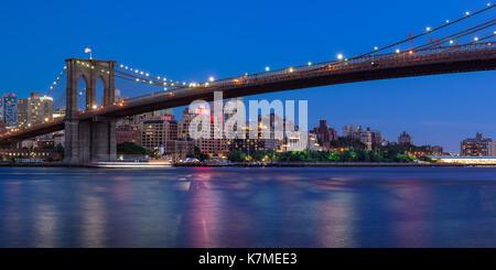 Brooklyn waterfront Neben der Brooklyn Bridge Park in der Dämmerung. New York City - Stockfoto