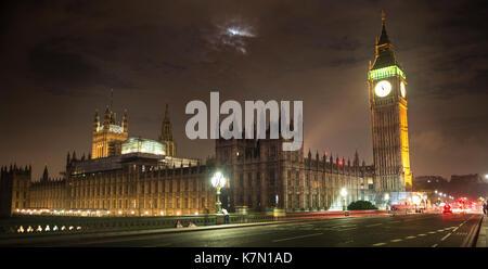 Palast von Westminster mit dem Big Ben bei Nacht, Westminster Bridge, London, England, Großbritannien - Stockfoto