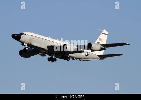 USAF RC-135 W Nietverbindung Abfahrt RAF Mildenhall nach einer Entwicklung im Vereinigten Königreich und über die - Stockfoto