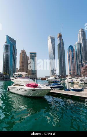 Marina vor der Wolkenkratzer, Dubai Marina, Dubai, Vereinigte Arabische Emirate - Stockfoto