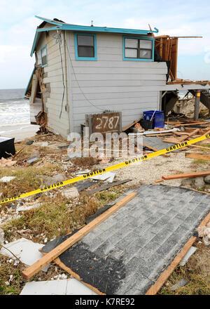 September 16, 2017-Ponte Vedra Beach, Florida, United States - die Wellen sind in der Nähe der Strandpromenade home - Stockfoto