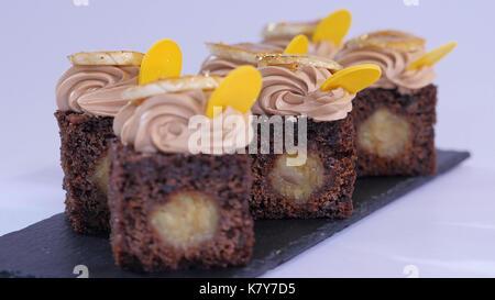 Chocolate Muffin mit kleinen Stücken von Mango. Schoko Cupcakes mit Mango - Stockfoto