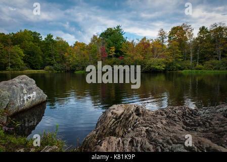 Preis See - Anfang Herbst Farben Mountain Lake Reflexion im Wasser - große Felsbrocken in Wasser getaucht - entspannende - Stockfoto