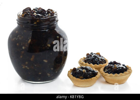 Voll Glas traditionellen Weihnachtsmemeat hausgemachte mit gemischten Früchten mit drei Hackfleisch Torten zur Seite - Stockfoto