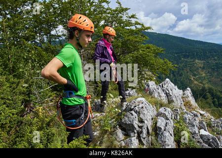 Klettersteig Ausrüstung : Menschen in klettersteig ausrüstung nach dem klettern oben
