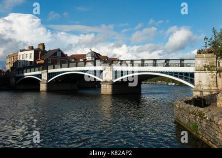 Windsor Bridge oder Windsor Town Bridge - Eisen und Granit bogen Brücke über die Themse, Windsor und Eton für Fußgänger - Stockfoto