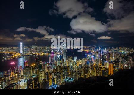 Skyline der Stadt und den Victoria Harbour angesehen vom Victoria Peak, Hong Kong, China - Stockfoto