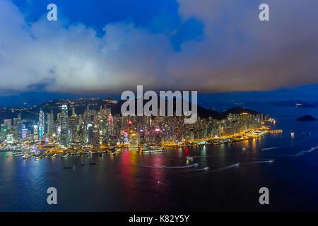 Erhöhte Ansicht, den Hafen und das Zentrum von Hong Kong Island und Victoria Peak, Hong Kong, China - Stockfoto