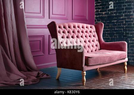 Antikes Holz Sofa Couch in vintage Zimmer. Klassischen Stil Sessel. - Stockfoto
