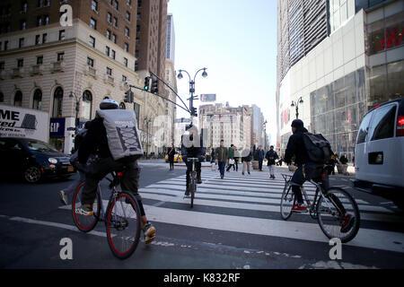 NEW YORK, USA - MÄRZ 2017 - New York Fahrradkurieren in new york city arbeiten, manhattam - Stockfoto
