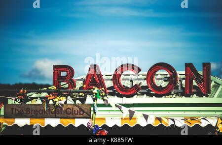 Essen zu einem Summer Music Festival rote Leuchtreklame Werbung Speck abgewürgt. - Stockfoto