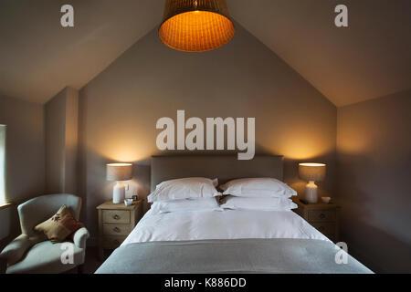 Schon Ein Gemütliches Schlafzimmer In Neutralen Farben Dekoriert, Mit Einem  Doppelbett Und Nachttischlampen Auf. Gastfreundschaft