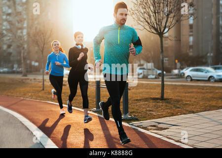 Gruppe von gesunden sportlichen bestimmt Freunde fitness training toge - Stockfoto