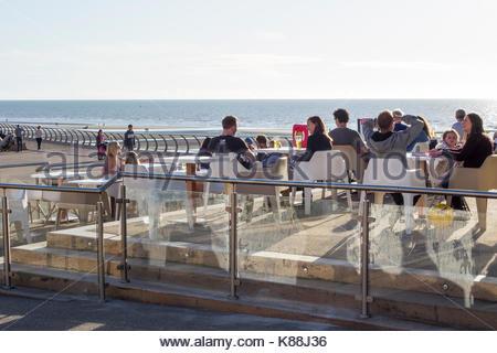 Kunden saß am Tisch in der Sonne auf Blackpool Promenade, Blackpool, Lancashire, England, Großbritannien - Stockfoto