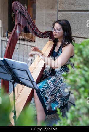 Harfenspieler spielt eine Harfe in der Altstadt von San Marino. - Stockfoto