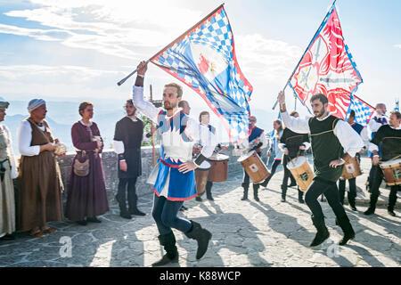 Fahnenträger während der jährlichen mittelalterlichen Tage Festival in der Altstadt von San Marino Die Republik - Stockfoto