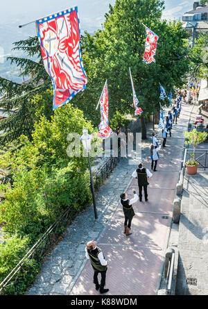 Fahnenträger der Durchführung einer Flagge werfen Demonstration während der jährlichen mittelalterlichen Tage Festival - Stockfoto