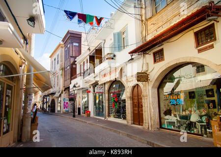 Einkaufsstraße mit bunten Fahnen mit einer Reihe von kleinen Geschäften in der Altstadt von Rethymno eingerichtet. - Stockfoto